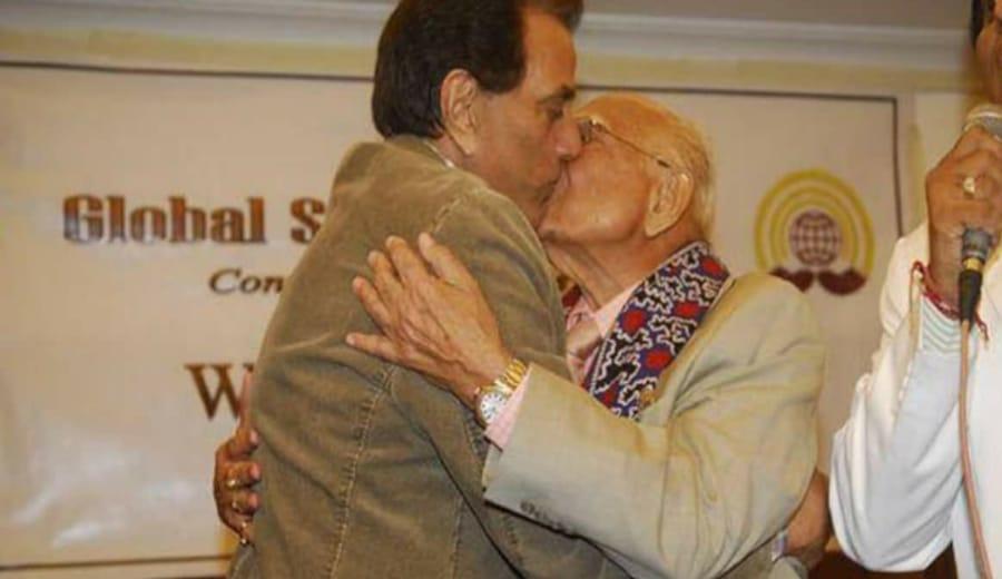 Dharmendra & Jethmalani's kiss goes Viral